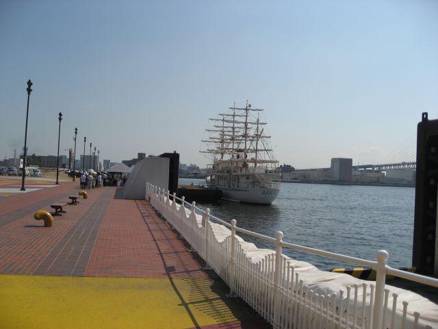サンシャインワーフ神戸に係留中の日本丸